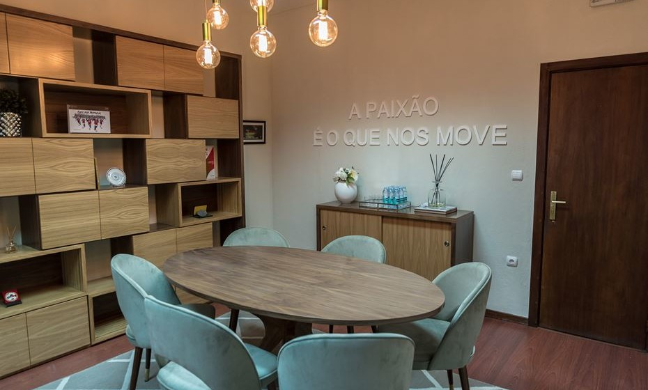 Distribua os móveis de forma uniforme para criar uma dinâmica de circulação.  Centre a iluminação com a mesa de reuniões.