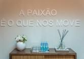 A frases motivadoras são uma excelente opção para decorar a parede. Coloque também um móvel com águas, dá sempre jeito.