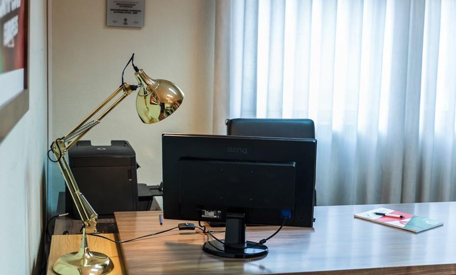 A secretária deve ser espaçosa, para colocar a iluminação, computador e impressora.