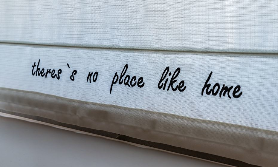 A luz e o seu controlo é muito importante (já o dissemos várias vezes). Opte por cortinas de tom claro, são as ideias para espaços pequenos. Se gostar, personalize a cortina com as suas mensagens preferidas. (Fotos: Ângela Pinheiro Home Design)