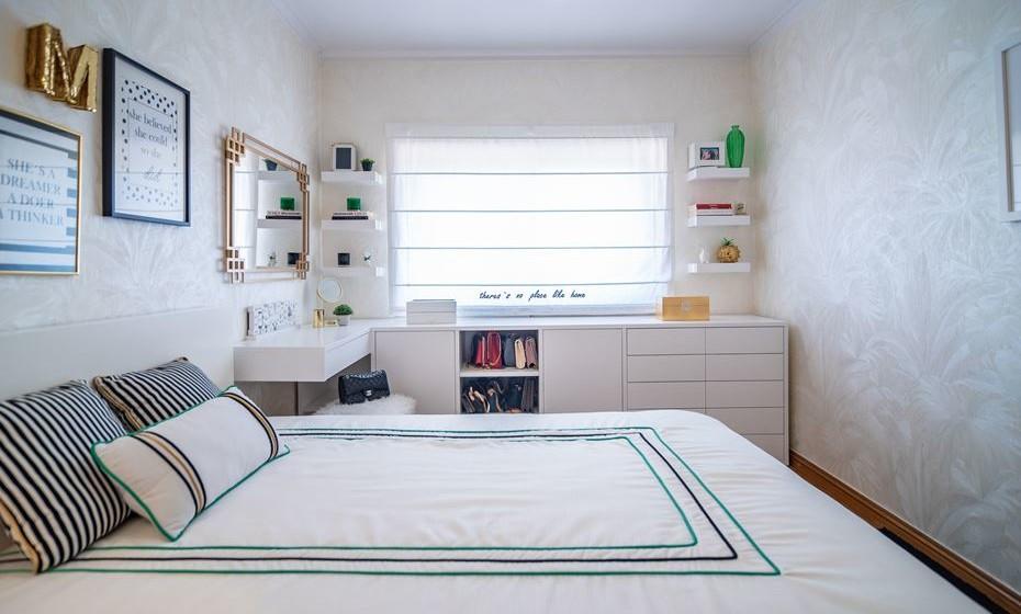 Móveis brancos dão amplitude ao quarto e uma solução de móvel ponta a ponta é um truque (em determinados quartos) que não o tornam sensorialmente pequeno e criam muitas zonas de arrumação. O sonho de qualquer mulher, certo?