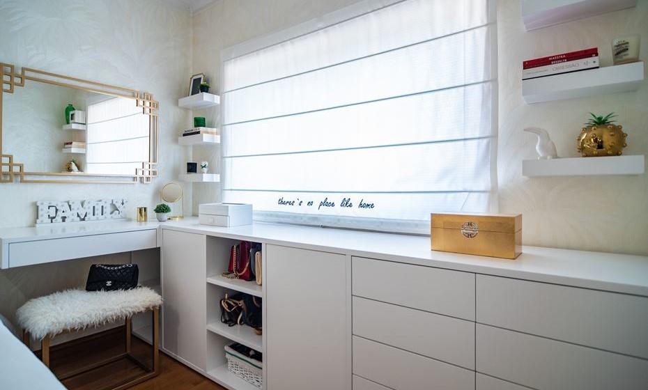 Agora os detalhes: um espelho dourado, conjugado com um banco de pêlo, adiciona ainda mais glamour ao quarto.