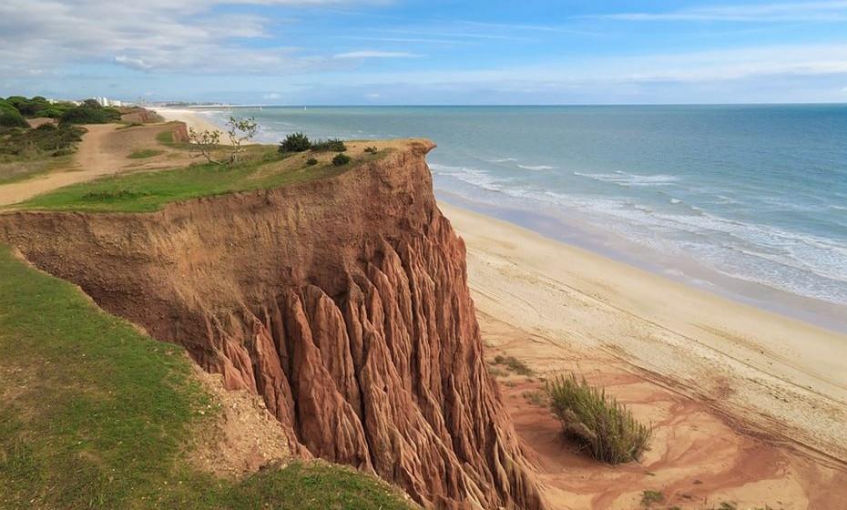A norte, a sul ou nas ilhas, Portugal é rico em praias que ganham uma vida nova e um encanto especial no verão. E porque no meio de tanta qualidade a escolha se torna difícil, veja as sugestões da momondo de algumas das melhores praias portuguesas para estender a sua toalha neste verão.