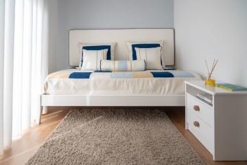 Opte por colocar os móveis encostados na parede. Libertando assim o espaço no centro do quarto para permitir a circulação. Uma alternativa a esta mesa de cabeceira seria colocar uma mesa de cabeceira suspensa.