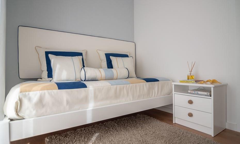 Para obter mais espaço, coloque a cabeceira de cama fixa na parede, em vez da tradicional cama tipo sofá. Irá permitir conforto a quem dorme na cama, não tendo contacto com a parede, mas sim com a parte estofada.