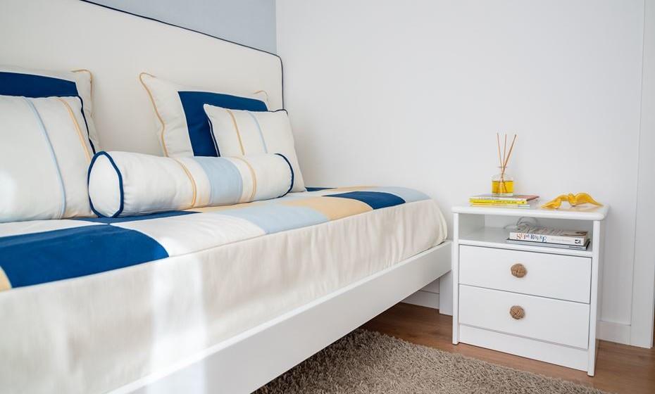 Para obter uma atmosfera personalizada, comece por escolher uma paleta de cores para os têxteis. São  estes transmitem o conforto e harmonia ao espaço. Ao colocar várias almofadas retangulares na cama conjugada com uma almofada em forma de rolo, obtemos a sensação de alongamento do espaço.