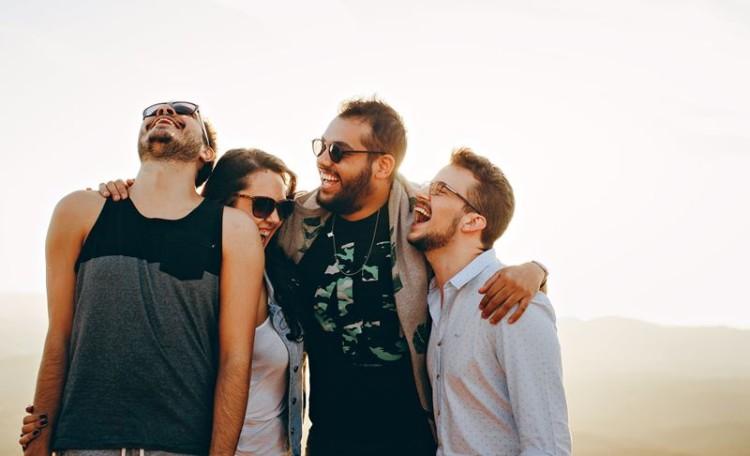 Ter amigos fazem bem à saúde… mas as redes sociais estragam um pouco