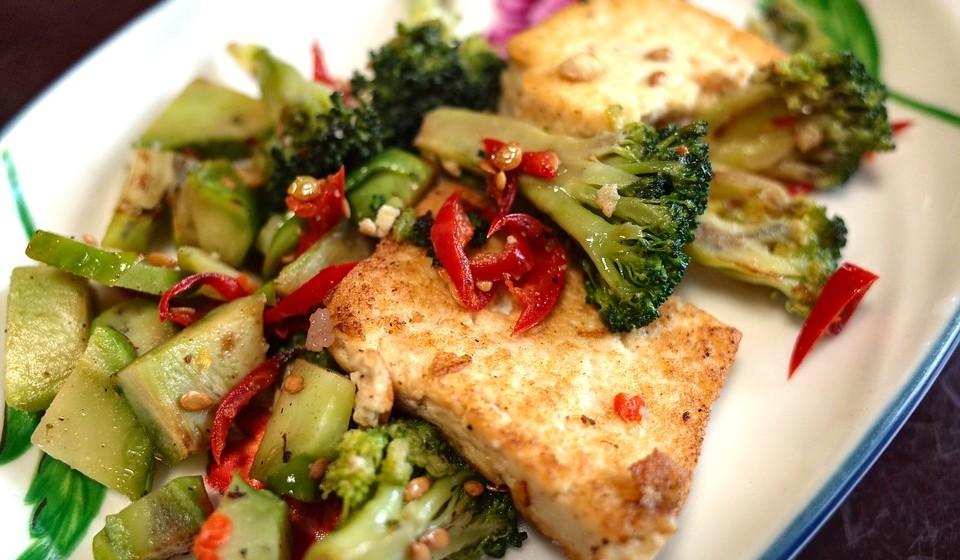 Tofu: Uma dose 126 gramas fornece 3,6 mg de ferro, que é 19% da DDR.