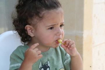 Obriga o seu filho a comer o que não quer? É melhor pensar duas vezes, diz estudo