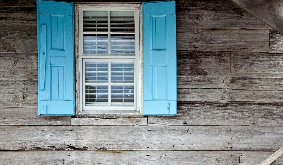 Para evitar que o calor entre dentro da sua casa, corra as persianas ou portadas para manter o ar a circular dentro de água. Mais ao fim da tarde, quando as temperaturas estiverem mais baixas, pode abrir as janelas e provocar algumas correntes de ar, mas tenha cuidado aos malefícios que estas podem trazer.