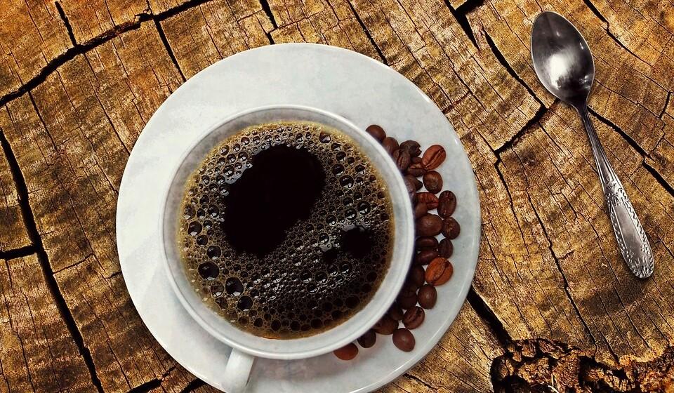Cafeína - A cafeína pode melhorar o seu desempenho cognitivo e liberta neurotransmissores, como a dopamina e os seus recetores. A cafeína é positiva, mas deve ser tomada de uma forma moderada.