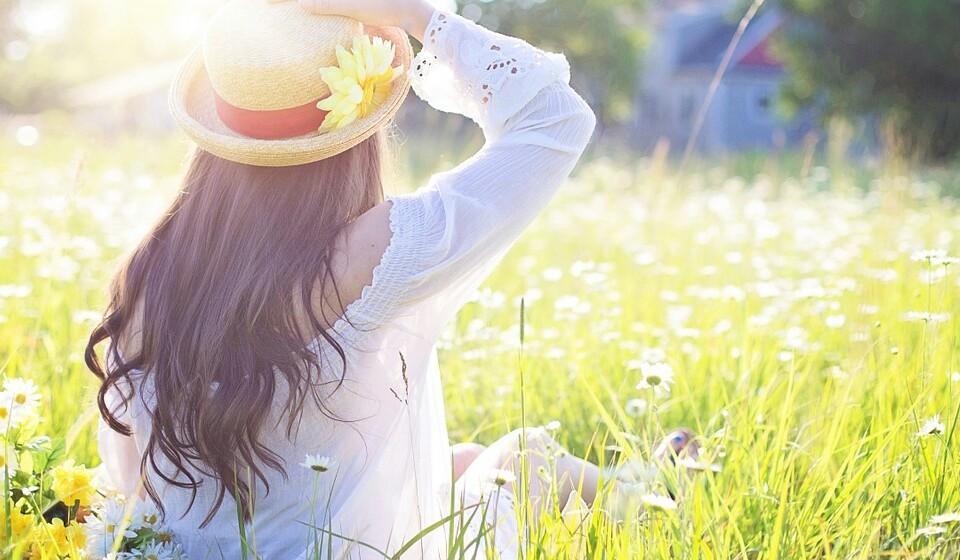 Ao andar ao ar livre, use sempre óculos escuros que ofereçam proteção contra a radiação UVA e UVB e use um chapéu com abas largas.