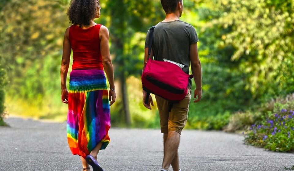 Use roupa larga, leve e fresca, de preferência de algodão. Isto para que se sinta mais fresco. Peças de manga curta e de cores claras são o ideal e no verão há inúmeras peças giríssimas para usar.