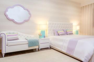 Sem dúvida que os quartos são o lugar mais reservado da casa. É por isso que nessa divisão a cor da iluminação deve ser mais quente, para criar uma sensação de calor e aconchego. Para além do candeeiro de tecto, adicione sempre candeeiros de mesa de cabeceira.