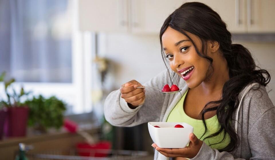 Os probiótios são microrganismos vivos que promovem o equilíbrio saudável de bactérias no intestino que estão associadas uma série de benefícios para a saúde. Ajudam na saúde digestiva, reduzem os sintomas de depressão e promovem a saúde do coração. E também desempenham um papel fundamental na aparência da pele. Por tudo isto, deve consumdir probióticos. Conheça 11 alimentos super saudáveis e ricos nestes microorganismos.