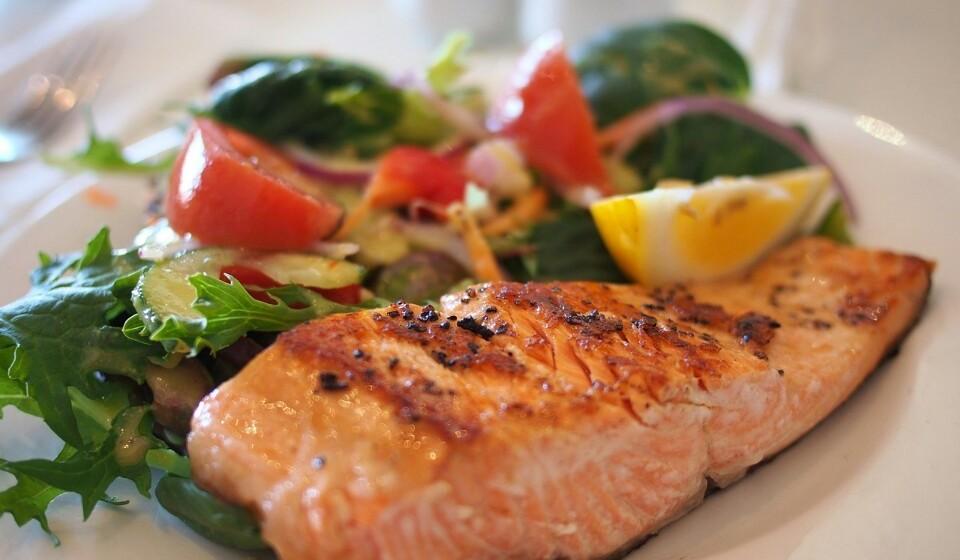 Salmão - Nem todos os peixes são iguais, mas o salmão e outros peixes gordos são ricos em ómega 3. Este normalmente é associado ao bem-estar e diminui o risco de doenças mais sérias (como é o caso de problemas de coração ou demência). 100 gramas de salmão apresentam ómega 3, magnésio, potássio, selénio e vitamina B.
