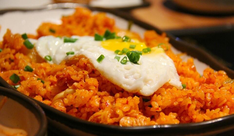 Este é um prato picante coreano que costuma ter na couve o seu principal ingrediente, mas também é feito com outros vegetais. O kimchi contém um ácido que é benéfico para a sua saúde digestiva. Quando o Kimchi é feito de couve, vai poder encontrar mais vitaminas e minerais.