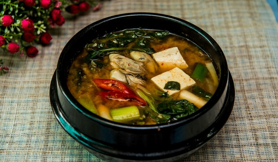 O miso é originário do Japão e é conseguido através da fermentação dos feijões de soja e de um fungo chamado de Koji. O Miso também pode ser servido com arroz, mas costuma ser apresentado na forma de sopa. O Miso é uma boa fonte de proteína e fibras, para além de ter inúmeras vitaminas, minerais ou magnésio.