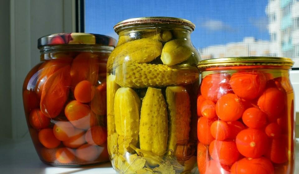 Pickles - Os pickles costumam ser feitos de pepinos e estes costumam ser mergulhados numa solução de sal com água. Os pickles e a bactéria probiótica são bons para o sistema digestivo, ricas em vitamina K e são baixas em calorias.