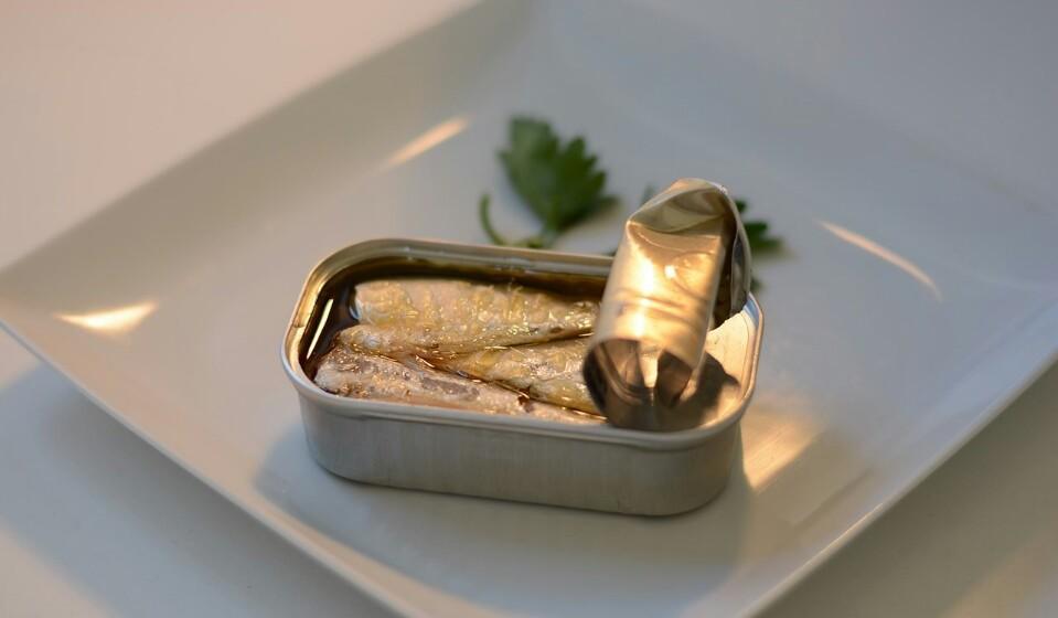 Sardinhas - Os portugueses adoram sardinhas e fazem muito bem pois para além de serem pequenas e poderem ser comidas inteiras, estas têm um pouco de quase todos os nutrientes que o seu corpo precisa. As sardinhas são nutricionalmente perfeitas e tal como o salmão também são ricas em ómega 3.