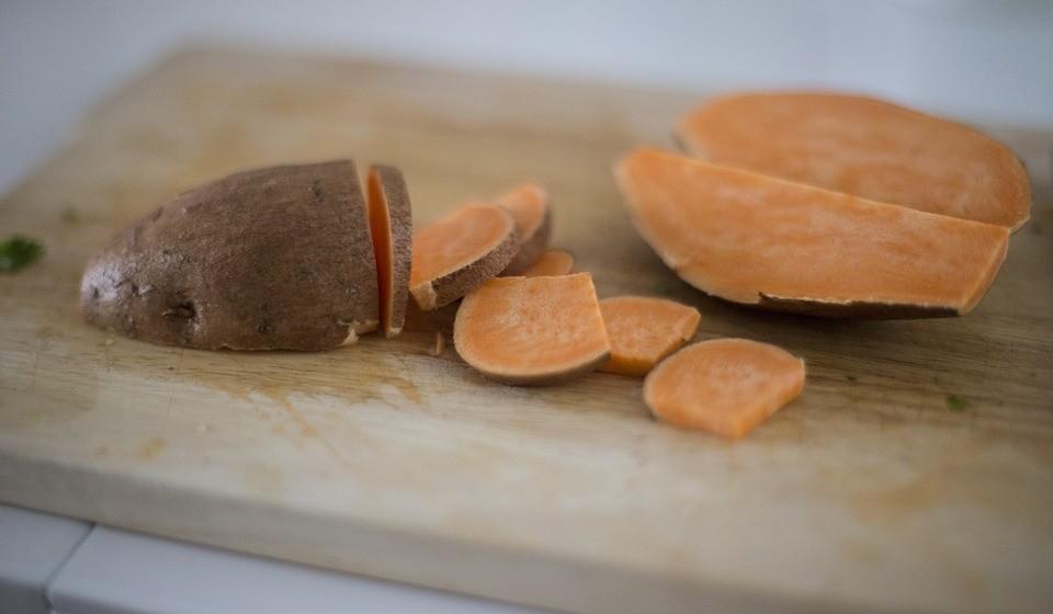Batatas doces - As batatas doces são deliciosas e extremamente deliciosas. Estas contêm cerca de 18 a 21% de hidratos de carbono. Mas para além dos hidratos de carbono, as batatas doces são ricas em provitamina A (betacaroteno), antioxidantes, vitamina C e potássio.