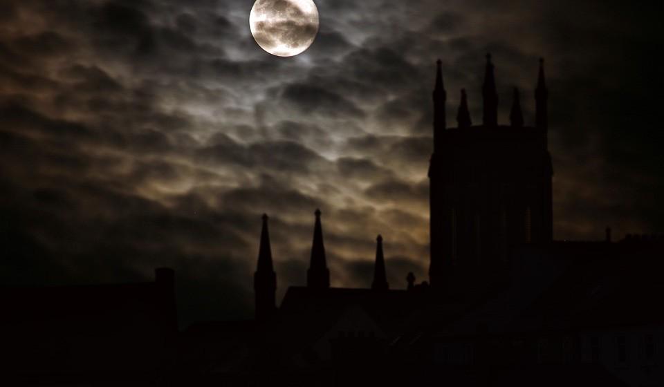 A 31 de outubro celebra-se a noite das bruxas, também conhecida como Halloween. Nesta noite, que é a mais aterradora do ano, fantasmas, bruxas, zombies, vampiros e outras criaturas fantásticas saem à rua. Mas se acha que isto acontece apenas numa noite do ano, desengane-se. Isto porque há cidades que podem ser completamente assustadoras, com as suas casas assombradas, cemitérios ou pântanos aterradores. Conheça e surpreenda-se com algumas.