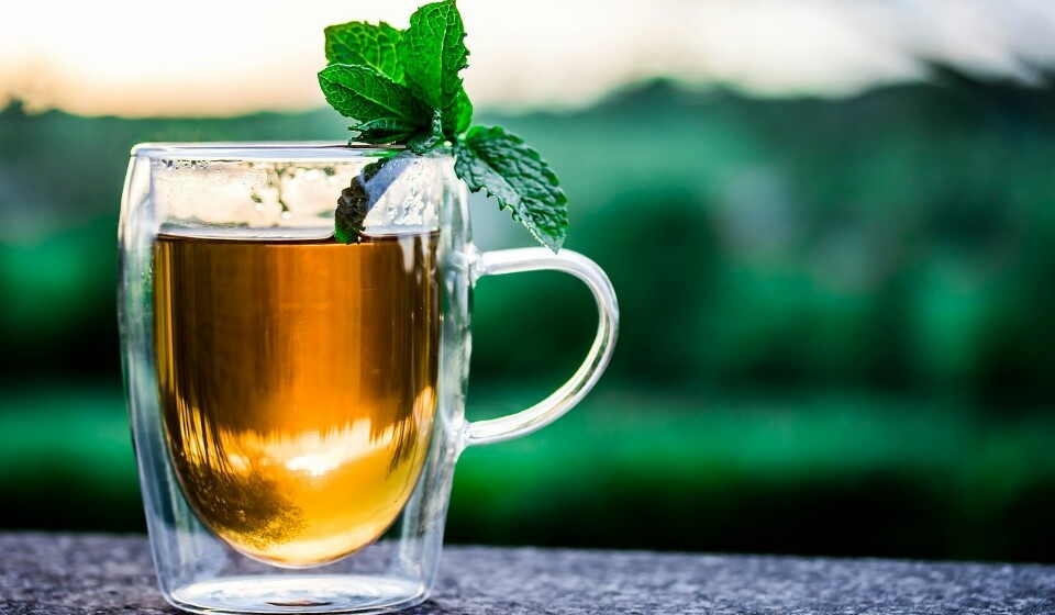 Beba chá - Aumente a sua ingestão de líquidos e aposte na água e no chá de ervas em vez de no café e restantes bebidas açucaradas. O chá de ervas com especiarias contém antioxidantes, incluindo vitamina C, vitamina A, manganês, potássio, cálcio, ferro e teobromina, que contribuem para proteger a sua pele e aquecer naqueles dias mais frios.
