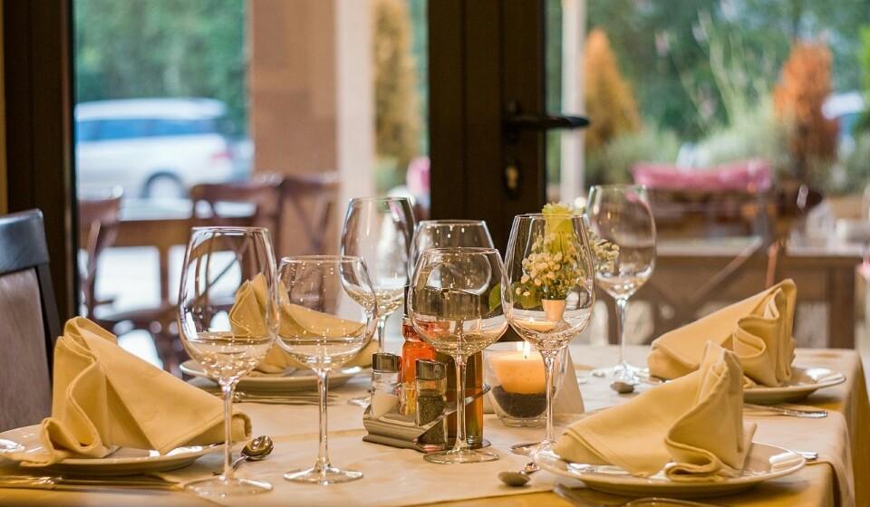 Comer em casa ou comer num restaurante - Não deixe completamente de visitar um restaurante pois este oferece-lhe uma outra experiência que não tem em casa.