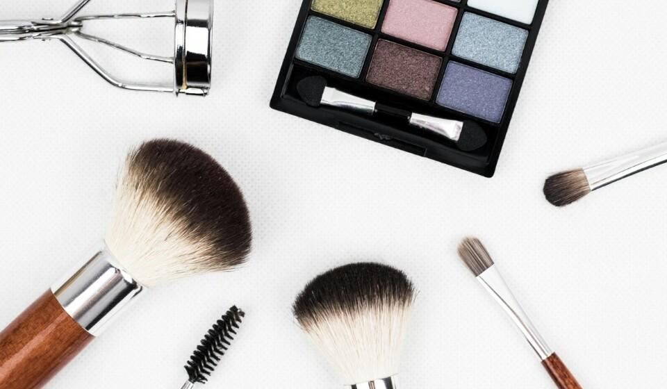Renove a sua maquilhagem - Há cores de maquilhagem que usamos no verão que não são apropriadas para o outono e vice-versa. Para esta nova temporada aproveite para renovar a sua maquilhagem. Reveja os seus tons de maquilhagem para que sejam apropriados para as suas novas roupas.