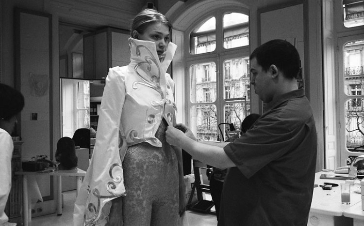 A vida do estilista Alexander McQueen dá um filme