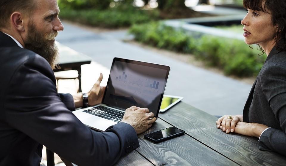 Utilize os serviços de um consultor de carreira: Às vezes, basta sentar-se com alguém que sabe sobre os diferentes caminhos necessários para chegar onde quer. Eles podem até sugerir empregos sobre os quais nunca ouviu falar com base nos seus pontos fortes e interesses!