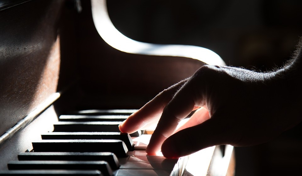 Sintonize as suas paixões: pode ter um hobby que lhe proporcione um prazer incalculável e que se pode transformar, inclusive, na chave para uma nova carreira, por exemplo, tocar piano (ensinar) ou promover festas (organização de eventos).