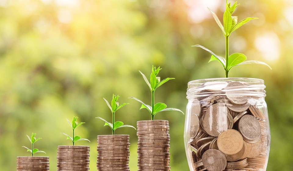 Comece a poupar: Se tiver de reciclar ou começar do zero, a vida será muito mais fácil se conseguir acumular algumas economias. Portanto, mesmo que ainda não tenha certeza do que deseja fazer, comece já a poupar os euros.