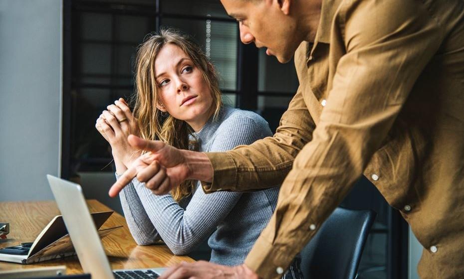 Ninguém disse que é fácil conviver diariamente muitas horas com colegas de trabalho. Por isso, Pamela Eyring, presidente da Escola de Protocolo de Washington, deixa algumas dicas de comportamento em ambientes de trabalho partilhados.
