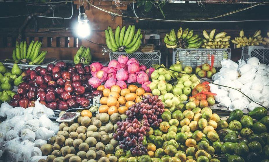 O perfil nutricional exato das bananas verdes não está disponível, mas acredita-se que tenham os mesmos micronutrientes que as bananas maduras. Posto isto, são principalmente ricas em potássio, vitamina B6 e vitamina C. Consistem quase inteiramente em hidratos de carbono, mas contêm pouquíssima proteína e gordura.