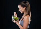 Alguns alimentos fornecem nutrientes e/ou substâncias que participam na produção dos neurotransmissores – mensageiros químicos que favorecem a comunicação entre as células do sistema nervoso. De seguida, estão enumerados os alimentos que podem ser incluídos no dia-a-dia e assim ajudar a combater a depressão.