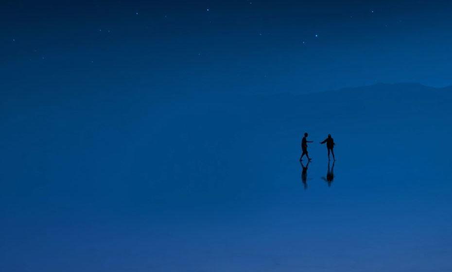 2020: Azul Clássico. Ilustrada por duas pessoas num fundo azul, remete para o nosso desejo de uma base confiável e estável sobre a qual construir à medida que cruzamos o limiar para uma nova era. Conheça ainda todas as cores do ano que têm refletido a evolução do mundo desde o ano 2000.