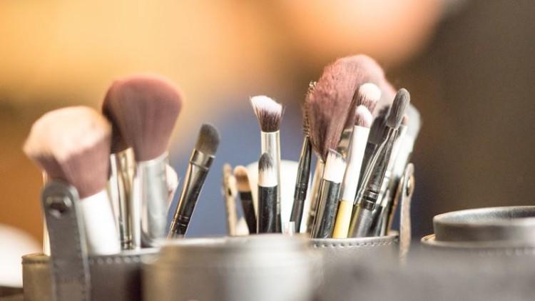 Como limpar os pincéis de maquilhagem