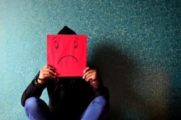 Quando estamos rodeados de pessoas com atitude negativa, é difícil manter boas energias e espírito positivo. Aprenda nove truques para manter o sorriso e não se deixar contagiar.