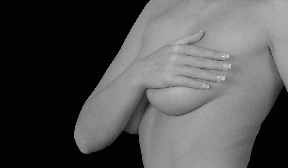 Amamentar após realizar uma mamoplastia de aumento ou de redução, praticar exercício físico após colocar implantes e a realização de mamografias são algumas das dúvidas que assolam as mulheres antes de realizarem uma mamoplastia. David Rasteiro, cirurgião plástico, tira estas e outras dúvidas.