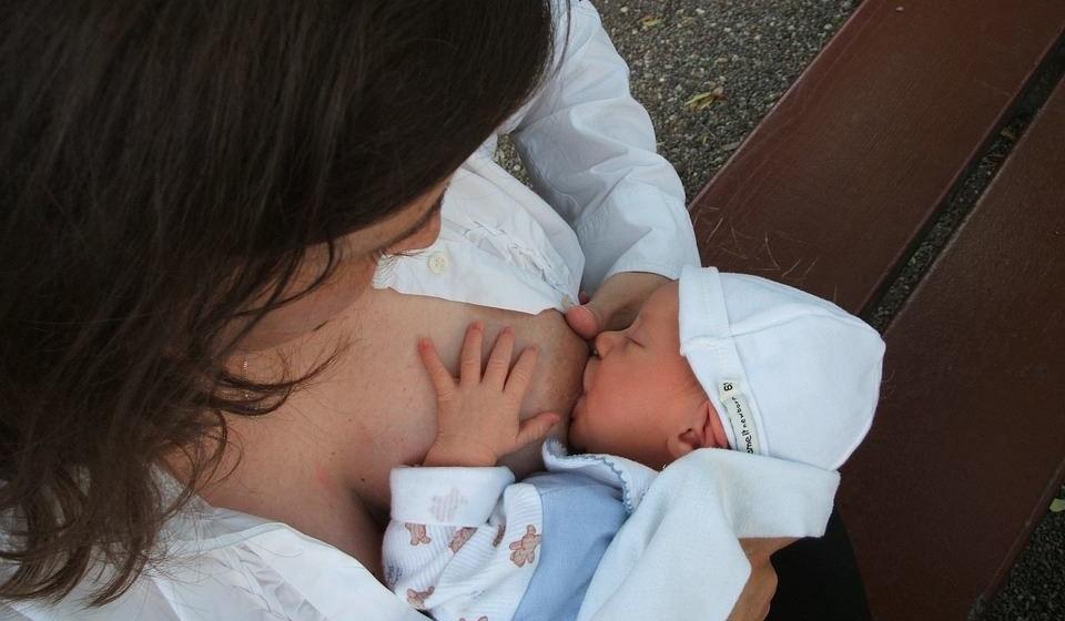 É possível amamentar com próteses mamárias? Não há qualquer impedimento para amamentar após a realização de uma mamoplastia de aumento. Não há alteração da qualidade do leite, nem passa qualquer substância prejudicial para o bebé.