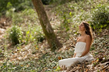 Professora de meditação, coach e autora, lança agora o seu terceiro livro sobre esta prática milenar: «O poder da meditação», que pretende que seja um murro na mesa e desmistifique os mitos que persistem à sua volta. Mas, afinal, o que é isto da meditação? Como se faz e que efeitos tem na nossa vida? De seguida, dá uma orientação básica para quem queria fazer meditação em caso, se bem que Rute recomenda que ao início deverá aprender com um professor. Veja de seguida os cinco passos. (Foto: José Guerra)