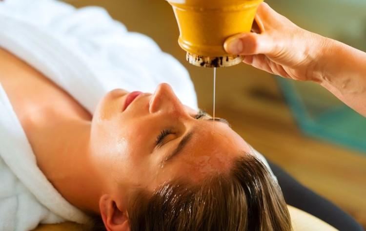 Shirodhara: uma das mais relaxantes terapias da Ayurveda