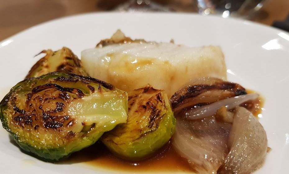 Bacalhau com couves de Bruxelas, chalotas e milho de galinha assada