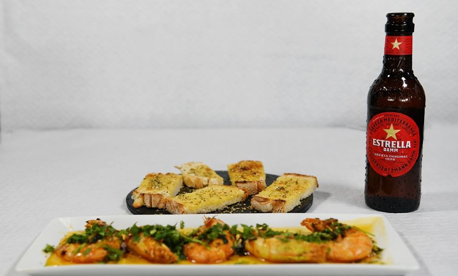 """Castelo Branco: Foie caramelizado, tosta de queijo de ovelha de Castelo Branco, choco frito em farinha de milho e uma triologia de carnes entitulada """"A Caça da Beira Baixa"""". A estas juntam-se mais 16 tapas que podem ser provadas e aprovadas com a receita original de Estrella Damm nos 20 restaurantes de Castelo Branco que se juntam à Rota mais deliciosa do país. Imagem: Domus Bar."""