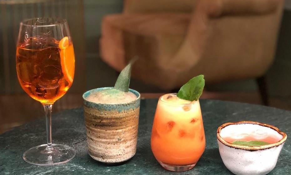 Inspirada na arte da joalheria e relojoaria, a carta de cocktails encontra-se exposta num relógio móvel e sugere o cocktail ideal para cada hora do dia.