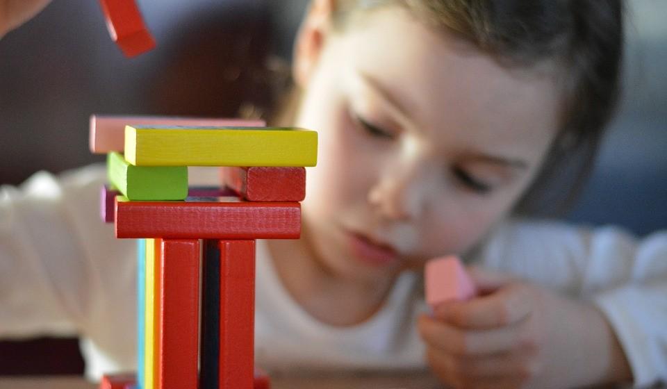 BRINQUEDOS DE MADEIRA -  Quando chega a hora de comprar ou oferecer brinquedos às crianças, vamos sempre para o óbvio, brinquedos de plástico que passado umas semanas já estão partidos ou a criança já não liga. Existem tantas opções de brinquedos de madeira que são educativos e bem mais giros, duram uma vida e embelezam qualquer quarto de criança.