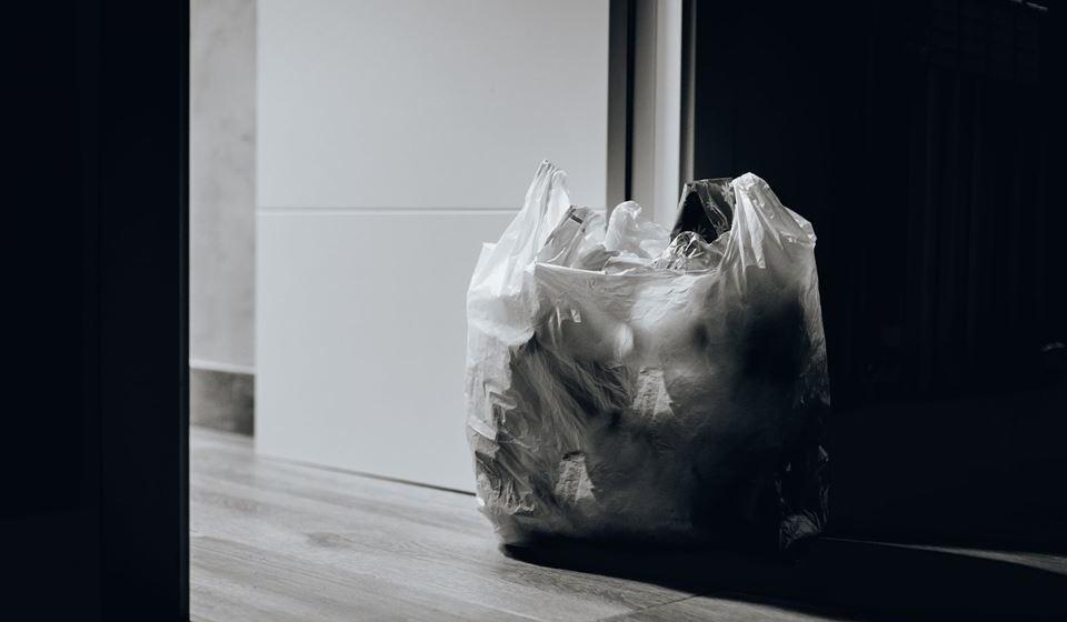RECICLAR NÃO É SÓ DEITAR NO CONTENTOR -  Todos estamos familiarizados com a política dos 3R's. REDUZIR, REUTILIZAR e só depois, RECICLAR. A reciclagem vem no fim da cadeia, mas, quando a mesma é inevitável, temos de saber como a fazer corretamente. A classificação dos tipos de plástico é feita de 1 a 7, sendo que estes números indicam qual a sua composição e a melhor forma de os reciclar. É importante estarmos informados e evitar os plásticos que têm composições perigosas ou que não podem ser reciclados na integra.