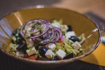 salada com queijo e cebola