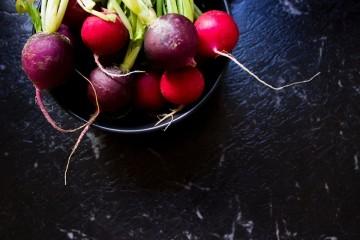 É debaixo da terra que se encontra o grande valor destes alimentos. Falamos das raízes comestíveis. Estas plantas que se desenvolvem no subsolo concentram aqui nutrientes importantes para a planta usar quando necessário. Conheça os benefícios de algumas delas.